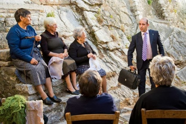 checco-zalone-con-le-sue-zie-in-molise